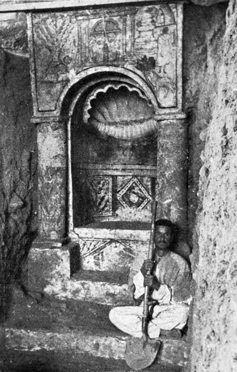 Dura Europos Torah niche with conch sculpted in niche and a conch shown on painting above niche<br>Source: L'Illustration, 29 July 1933, Maurice Le Palud